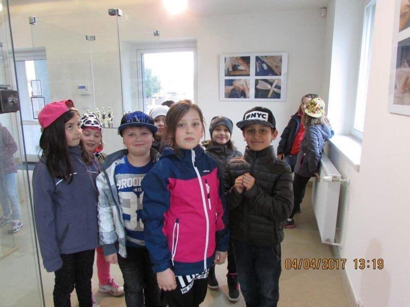Děti na výstavě figurek ze šustí