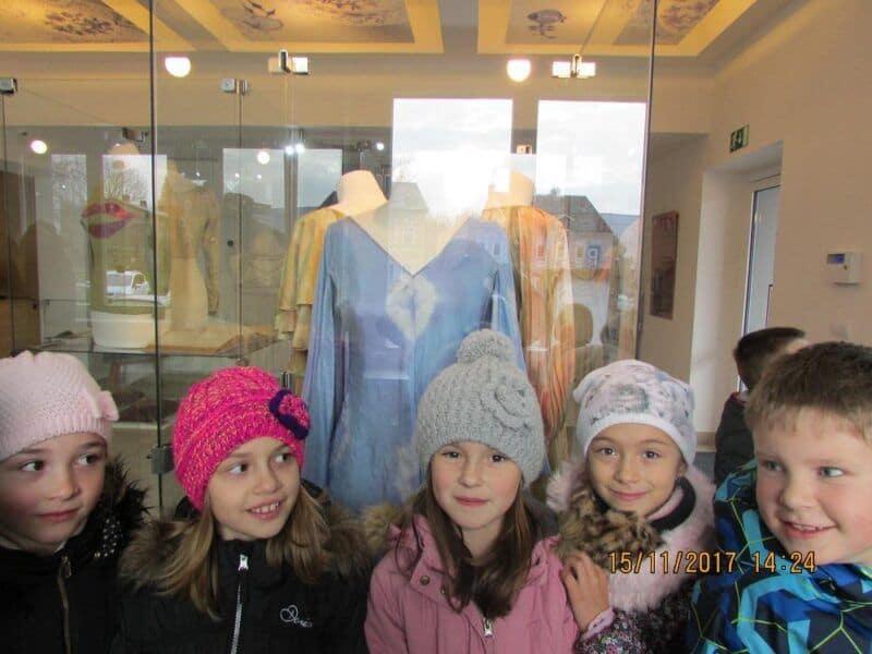 Děti ze školní družiny na výstavě kostýmů