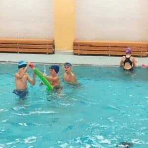 Galerie 3.Aukončila kurz plavání
