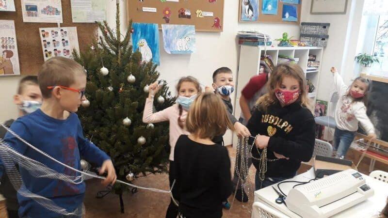 Školní družina– zdobení vánočního stromu